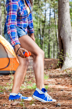 Many people are hesitant to use insect repellent that contains DEET. Fortunately, there are some all natural ways to repel insects instead.